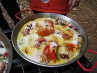 肉を焼いた油で野菜を炒め、火を消してコメを入れる