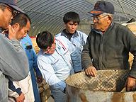 EMを使ったモミガラ堆肥の製造を実演する高松求氏