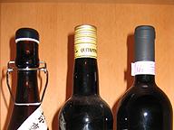 酒類の栓3種。右からコルク栓、スクリューキャップ、ビンディング式圧着栓