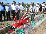 農業機械の展示会に集まった農業経営者たち。売れるもの、利益の出るものを求めて真剣そのもの