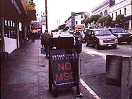 サンフランシスコで見た「NO MSG」(グルタミン酸ナトリウム不使用)の看板。現地のガイドは、「不景気になると、東洋人差別が始まる。その一環」と言っていたが、それでは日本でのうまみ調味料忌避の流行を説明できない。