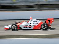 Indianapolis 500。パワー、スピード、勝利に多くの人々が注目し、賞賛、あこがれを生む。