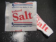 機内食に付いていたヨウ素強化塩。見た目も味も、通常の食塩と何も変わらない