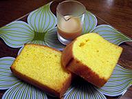 「ブエナ ガーデン カフェ」のコーンブレッド。牛乳を煮詰めて作る甘いソース、ドルセ・デ・レチェが付く
