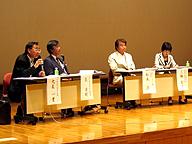 大泉一貫先生(左端)。写真小さくてすみません