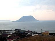 佐賀県の神秘的な景色。中央の島には宝くじが当たると評判の神社があるが、その御利益を科学的に証明する必要はない(記事とは関係ありません)