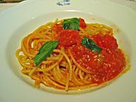 スパゲティ(「カ・アンジェリ」にて)。もちろん、レストランで食べるできたての料理はうまい。しかしそれに甘えれば、新しいビジネスに足をすくわれることもある