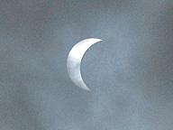 日食。真実が見えないのは、月のせい? 雲のせい?