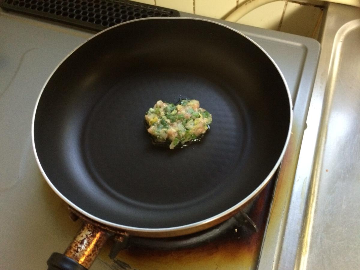 ここで味見をしましょう。豚ミンチを生食するわけにはいかないので、ちっちゃいハンバーグを作ってフライパンで焼きます。