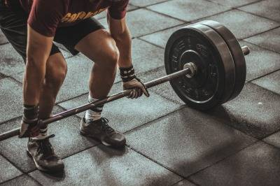 限界重量に挑戦する男性の画像
