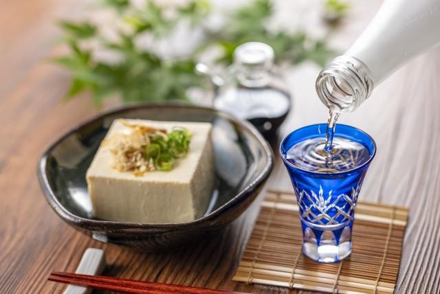 日本酒と冷奴の画像