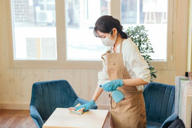 除菌する女性の画像