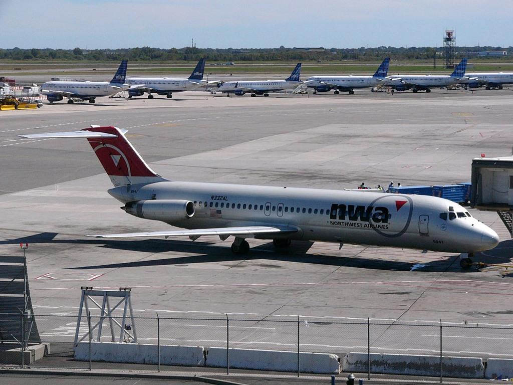 NW N3324L DC-9