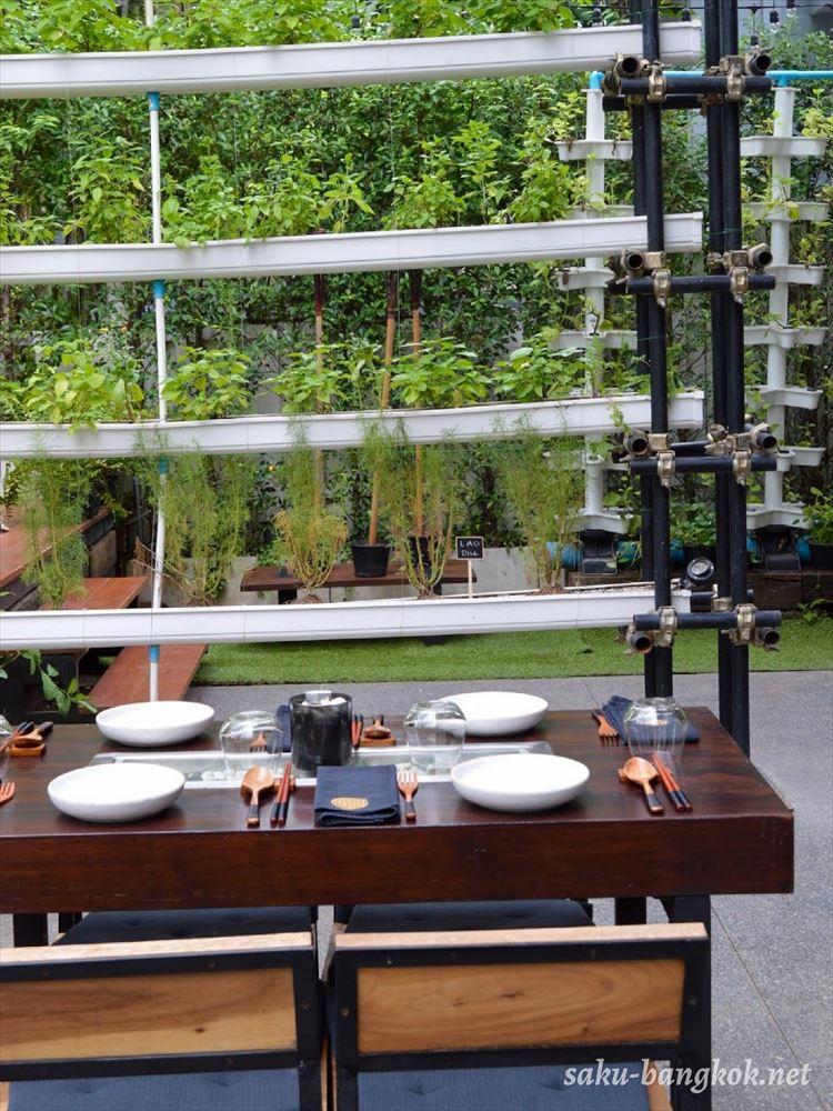 Haomaの屋外席とレストラン内ファーム