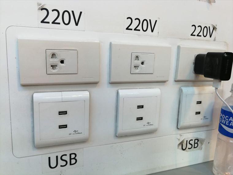 ドンムアン空港の無料充電スポット 充電口