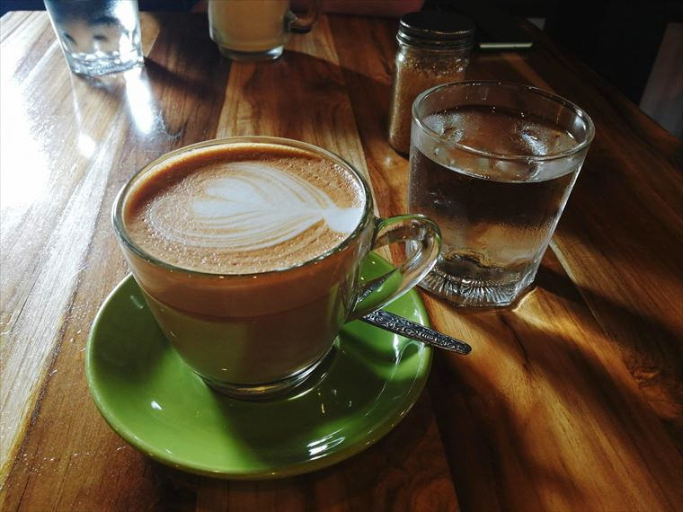 ルアンパバーンの【SAFFRON COFFEE】のカフェラテ