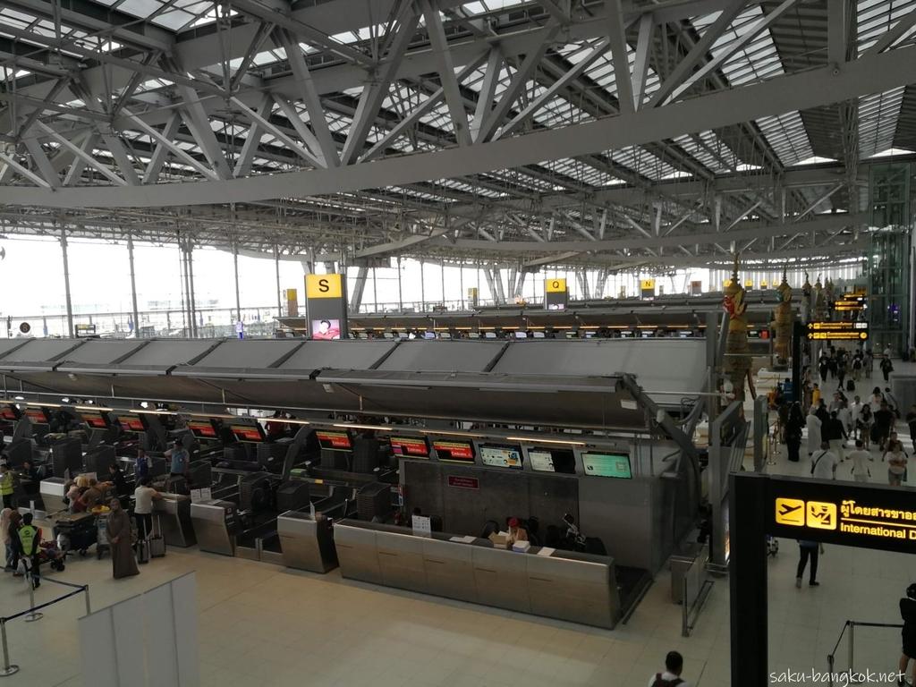 スワンナプーム国際空港のチェックインカウンターのフロア