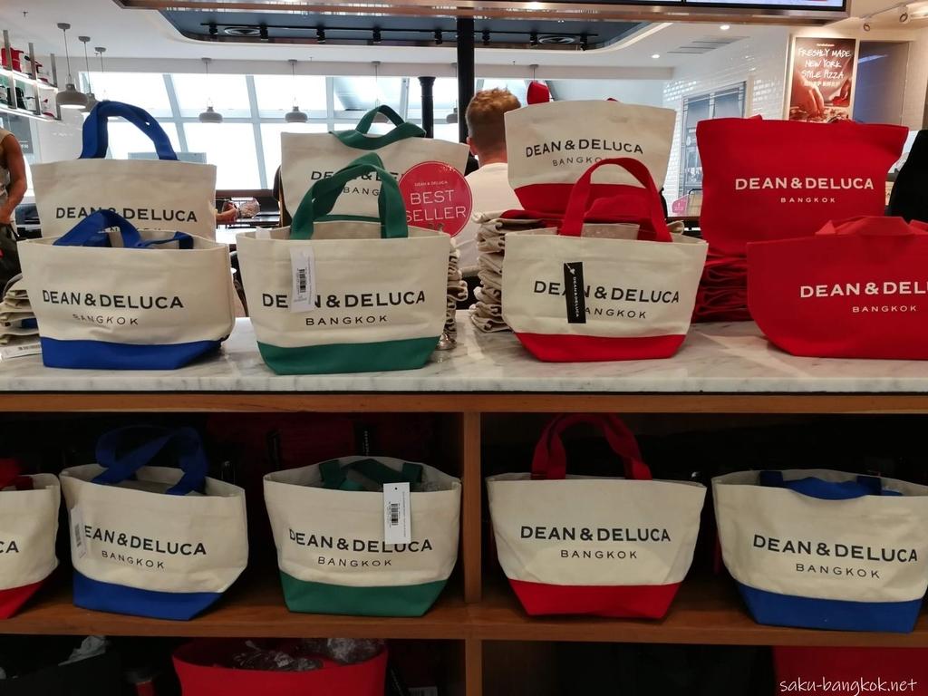 スワンナプーム国際空港で売っているDEAN & DELUCAのトートバッグ 795バーツ(約2,650円)