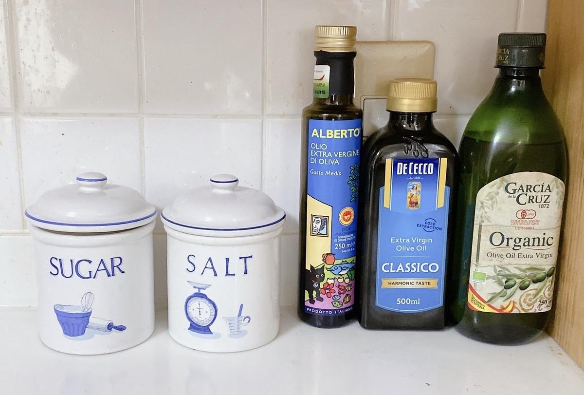 塩と砂糖の瓶の写真