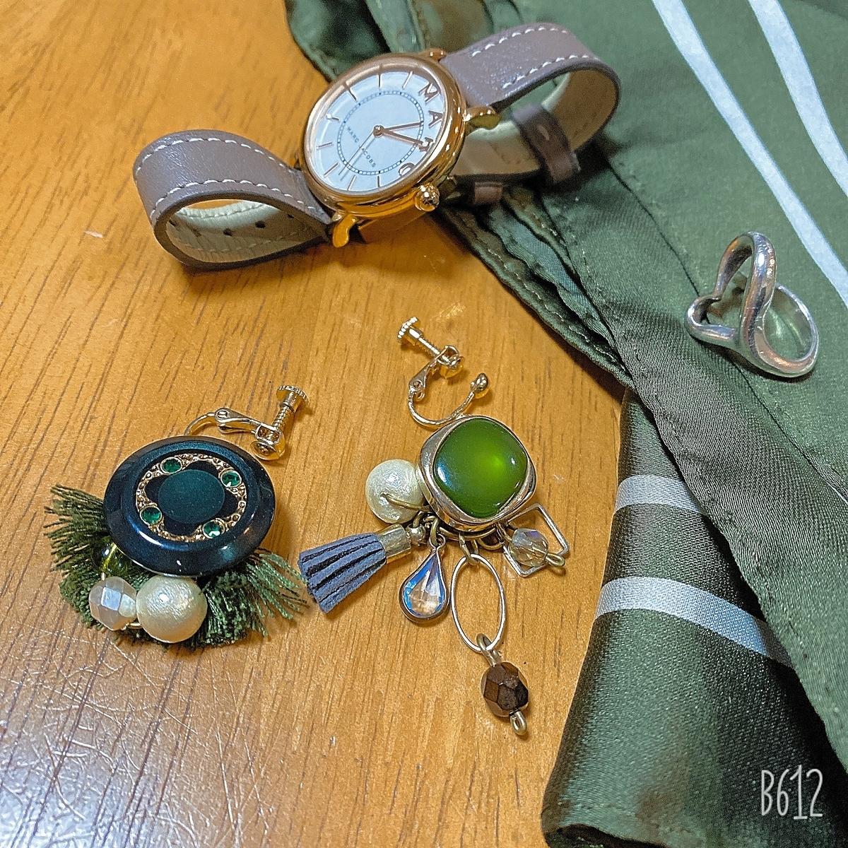 腕時計・緑のスカーフ・緑のイヤリング・シルバーのリングの写真