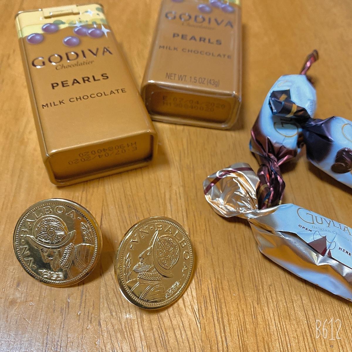 チョコレートとコインのようなイヤリング