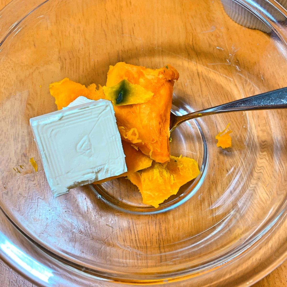 ボウルにかぼちゃとクリームチーズが入っている写真