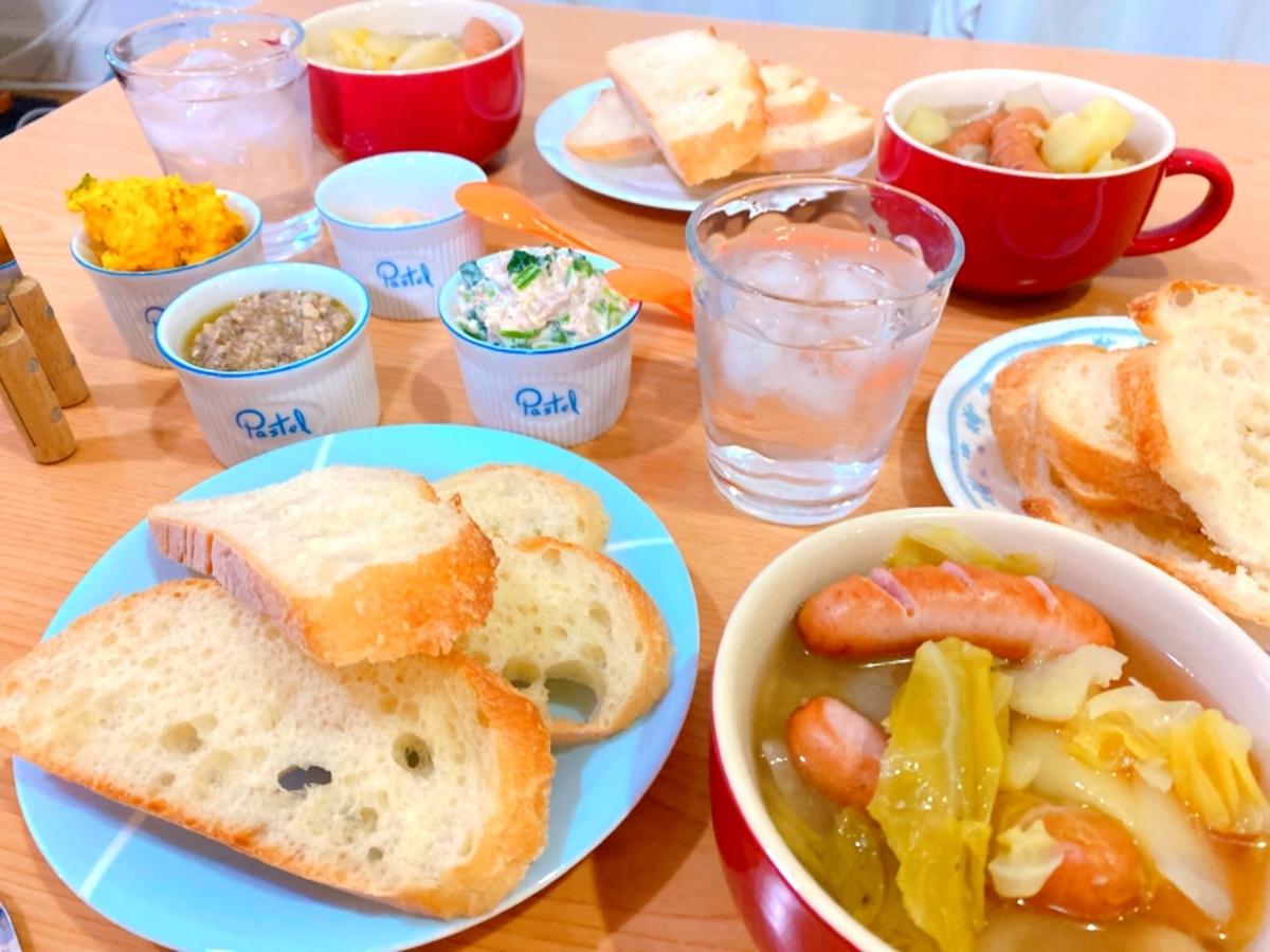 フランスパンと4種類のディップソースとポトフが並んだ食卓の写真