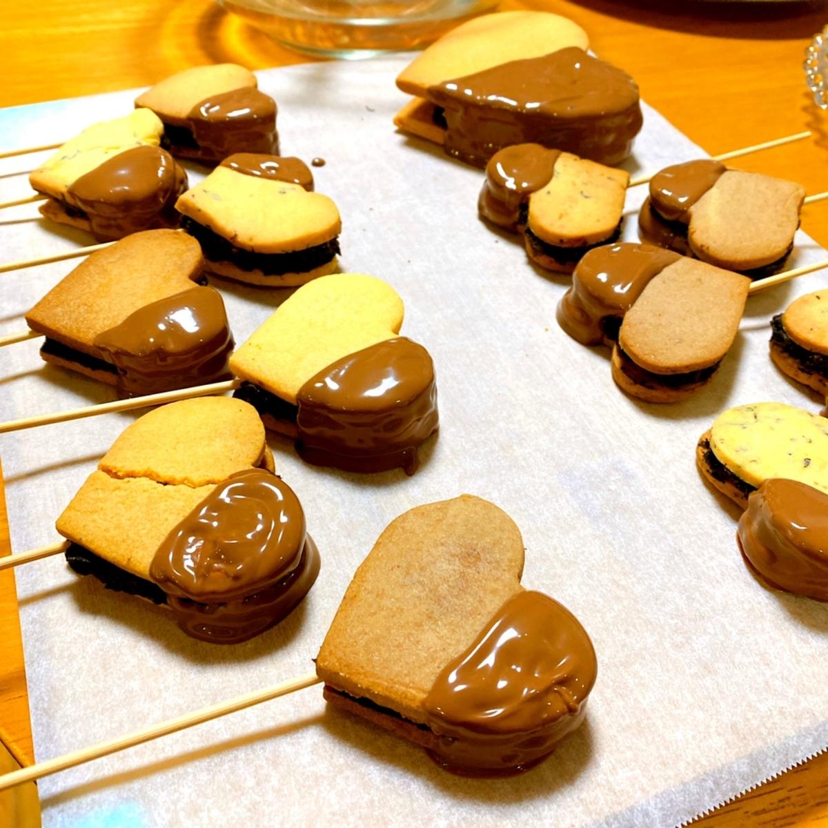クッキーサンドのチョコレートをつけた写真