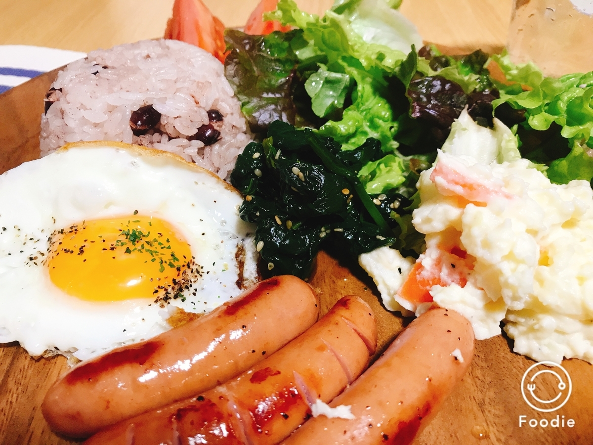 目玉焼きとウインナー、ポテトサラダの写真