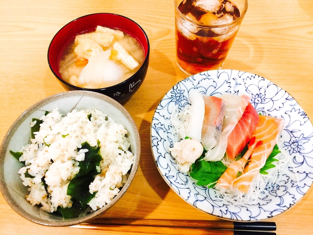 お味噌汁とわかめご飯、お刺身の写真
