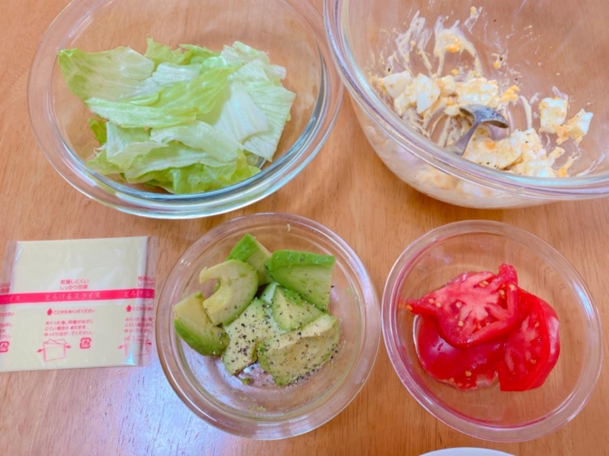具材(ゆで卵、レタス、アボカド、トマト)を切った後の写真