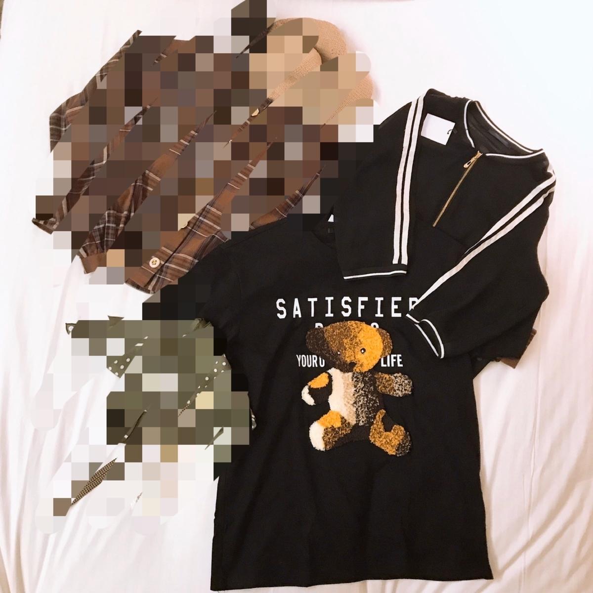 クマさんがプリントされた黒のTシャツと、黒の羽織の写真