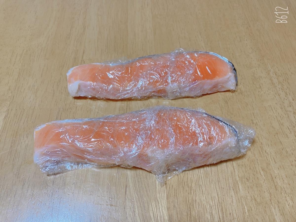 鮭にラップを巻いた写真