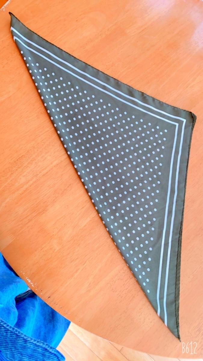 三角に折ったスカーフ