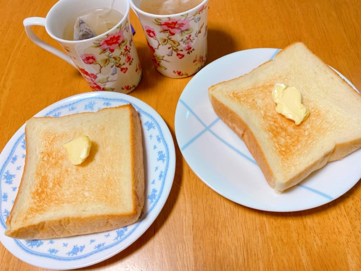 焼いてバターを乗せた食パンの写真