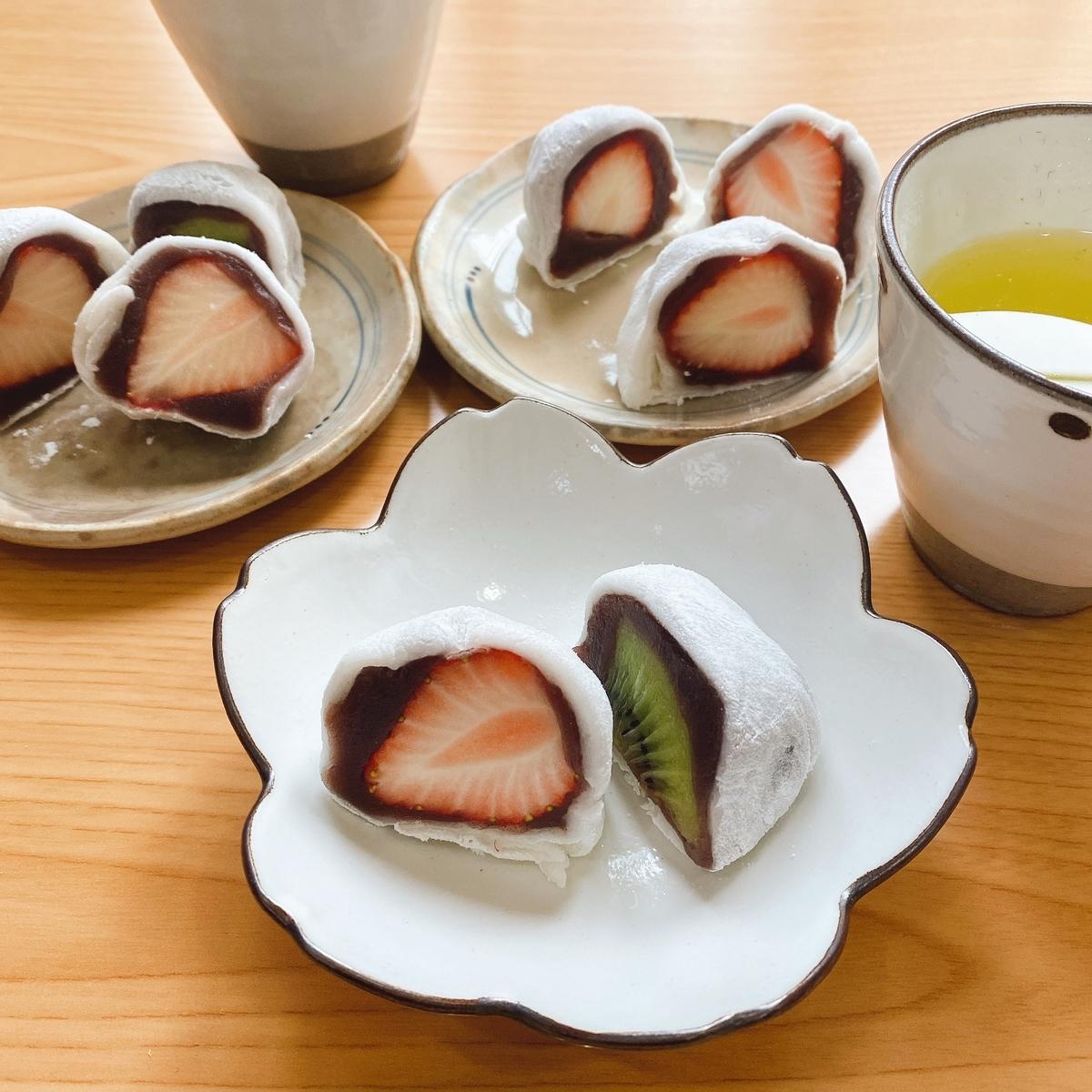 3皿に乗ったいちご大福とキウイ大福の写真