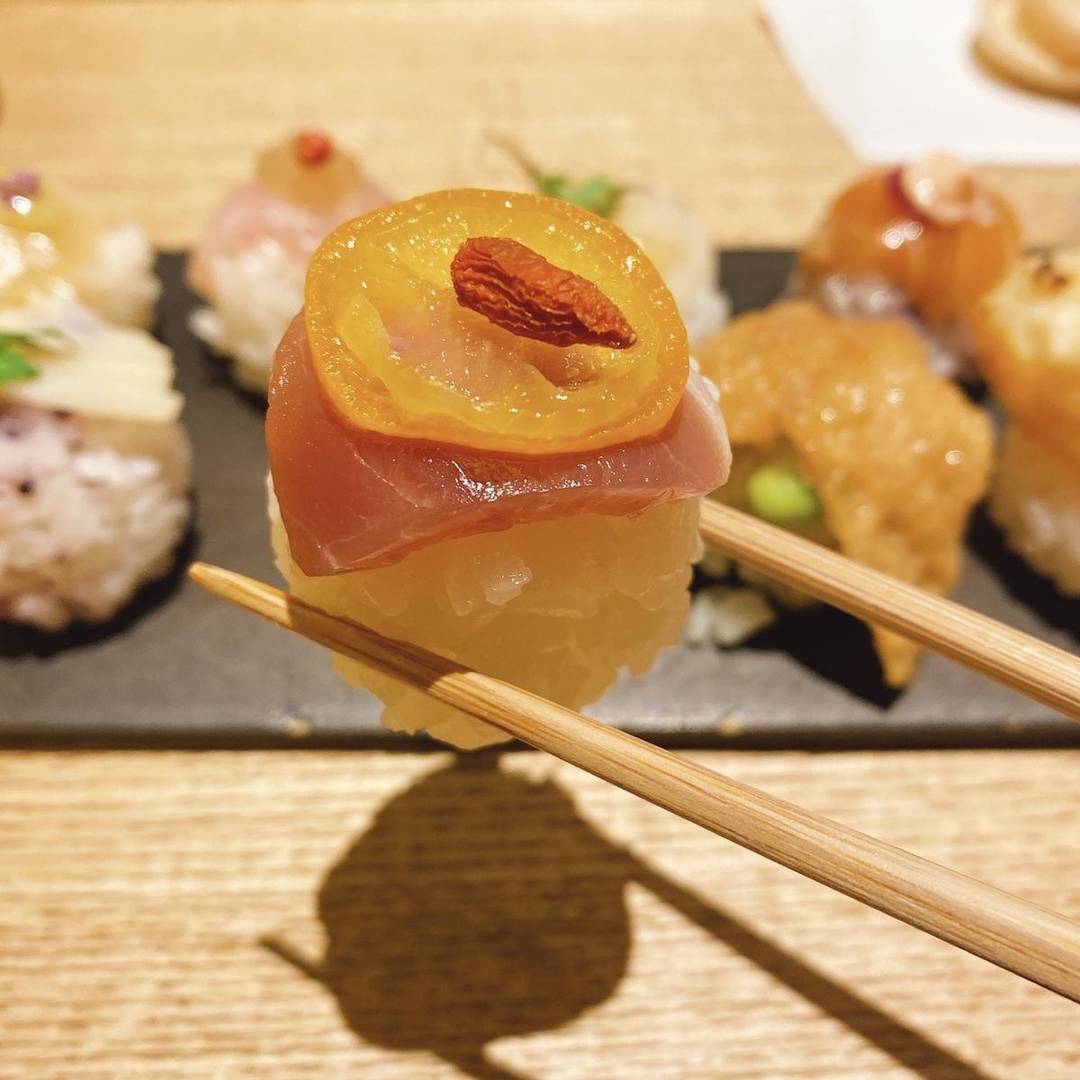 鴨燻製の寿司の写真