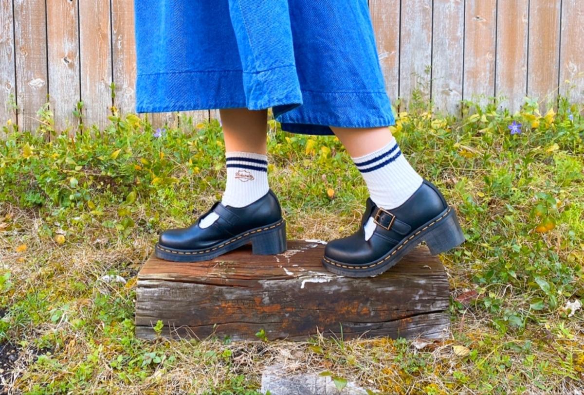 白に青いラインの入った靴下の写真