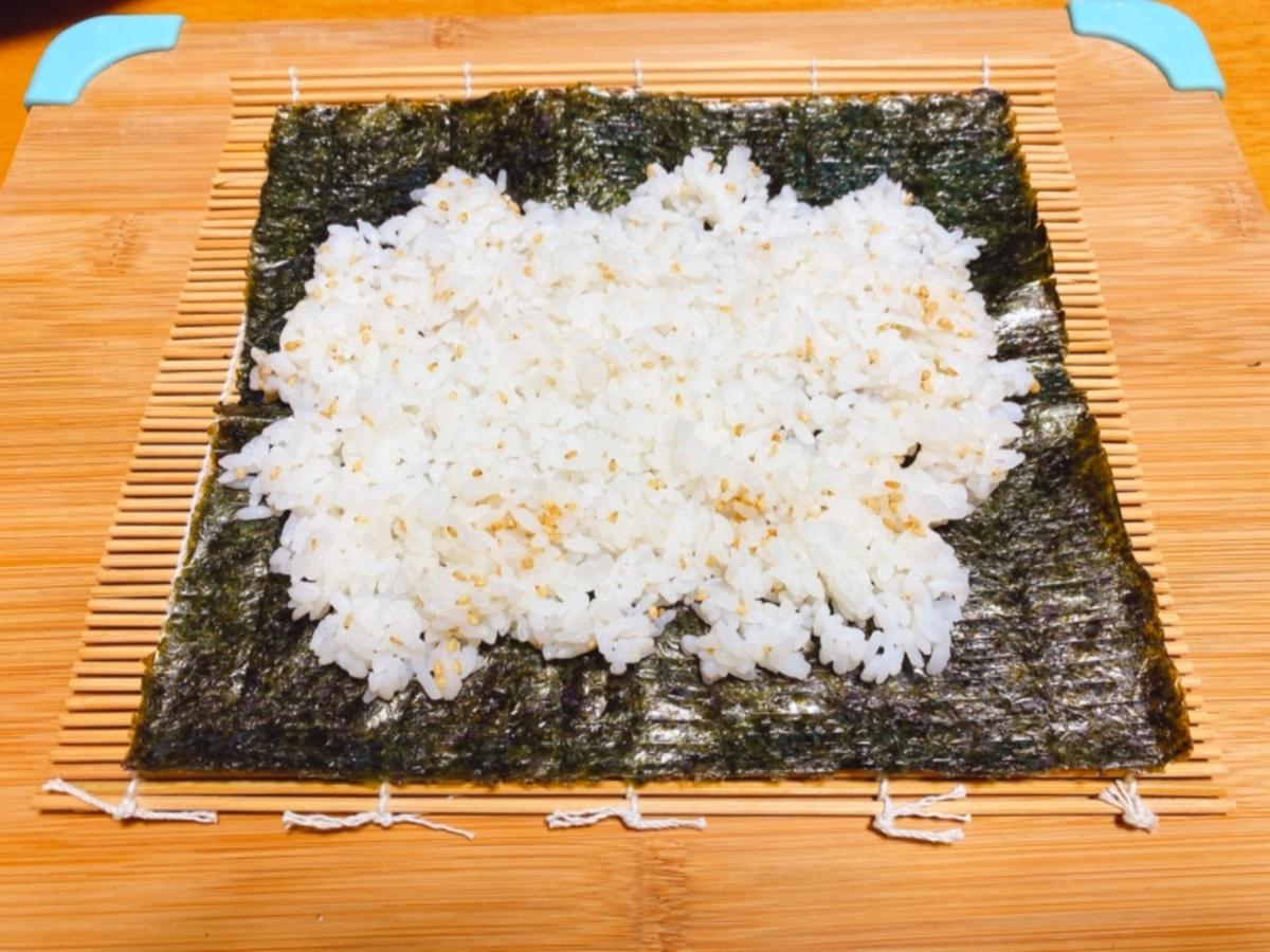 海苔の上に酢飯を薄く広げた写真