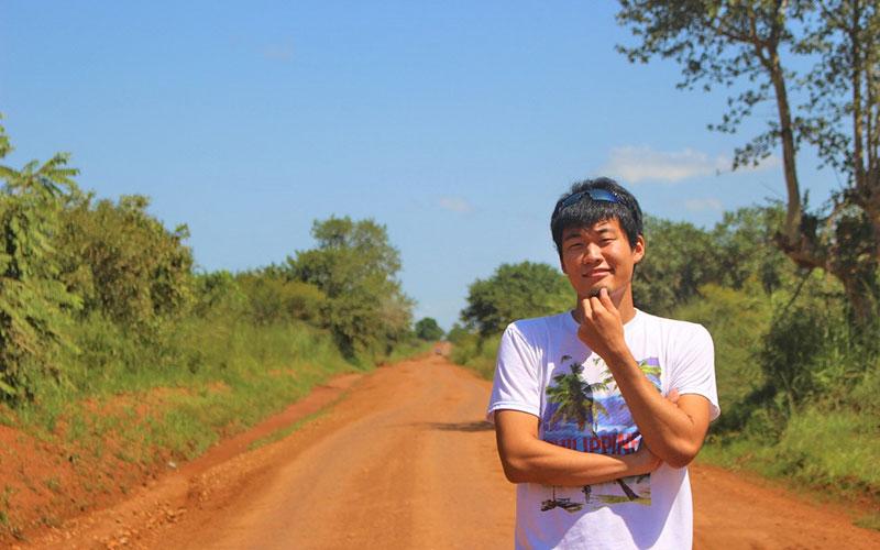 ウガンダの田舎道に立つ筆者