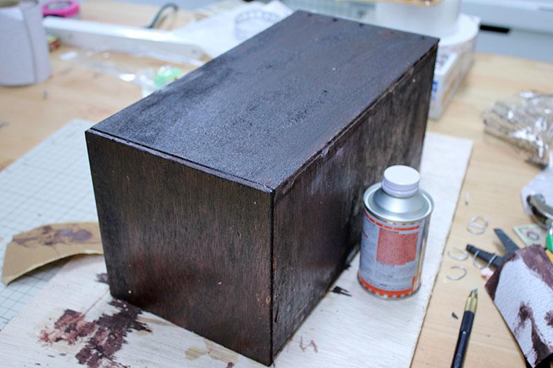 ニスを塗った木箱