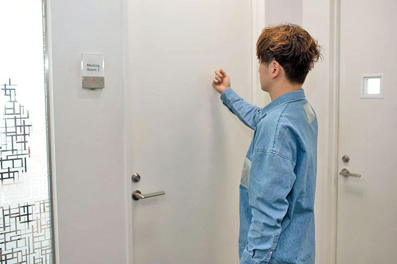 面接会場のドアをノックするヒロちゃん