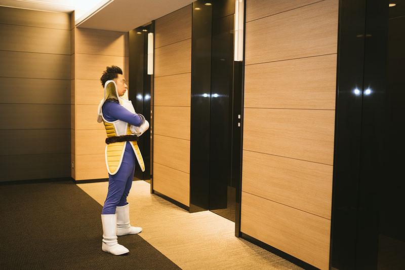 エレベーター待ちをするR藤本
