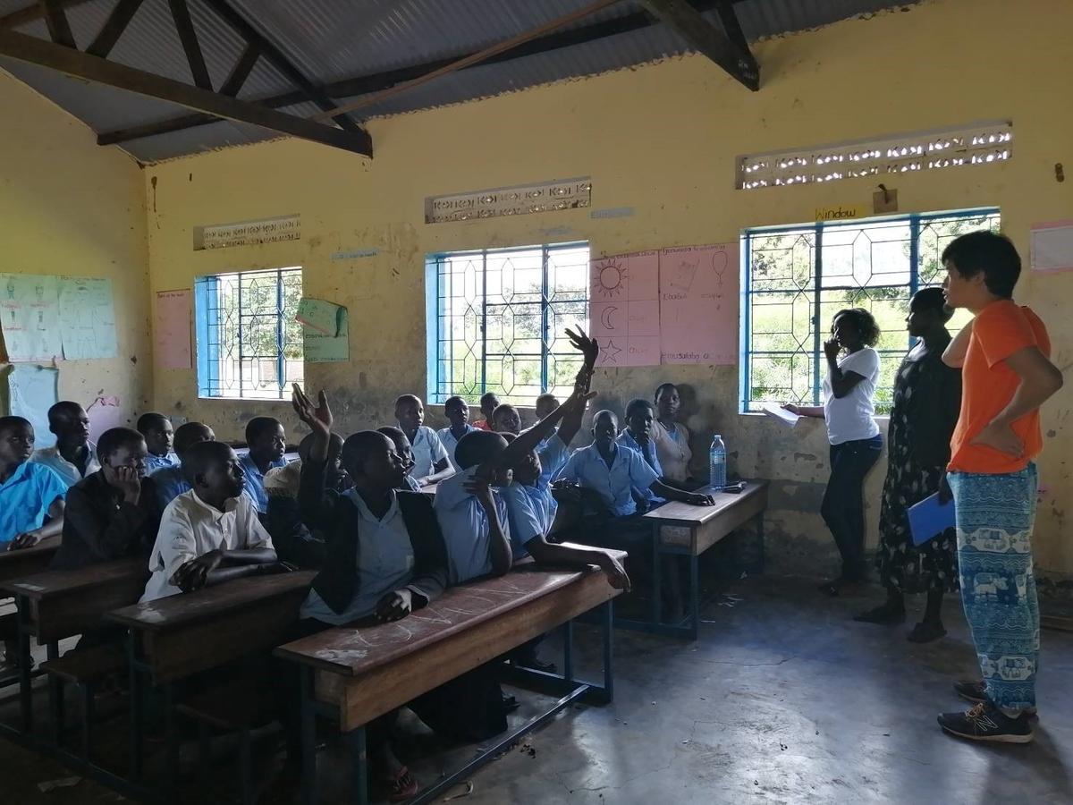 ウガンダ北東部の小学校で布ナプキン製作のトレーニングを行う様子