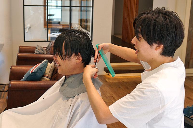 髪を切りながらの対談