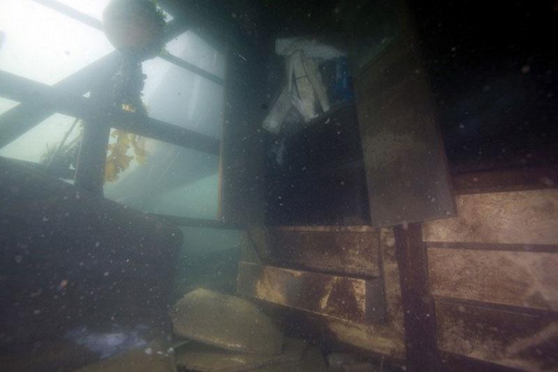 海中に沈んだ家屋の内部