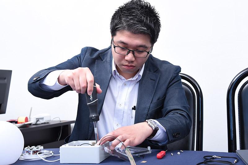 手慣れた手つきでプロトタイプを解体する森田氏