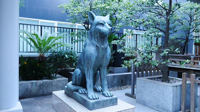 これもオオカミの狛犬(東京渋谷区・宮益御嶽神社)