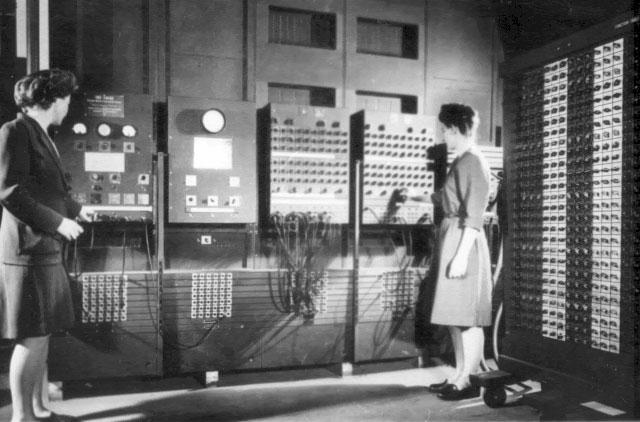 ENIAC を操作している写真