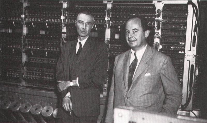 写真右がジョン・フォン・ノイマン